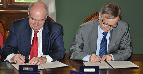 McRobbie and Wojciech Nowak, president of Jagiellonian University, renew a partnership agreement between their respective institutions by signing papers